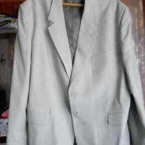 Продам мужск. светлый костюм 64 размера, трикот. джемпер, в Челябинске