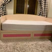 Детская кровать с ящиками, бортами, и тумбочкой, в Москве
