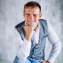 Ведущий, вокалист Иван Агафонов, в Новосибирске