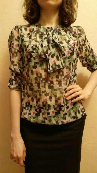 Деловая блузка с абстрактным узором