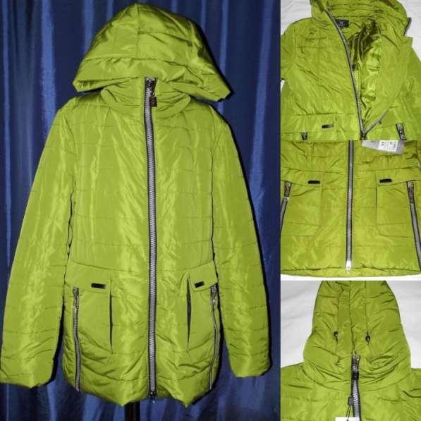 Куртка с оригинальным дизайном накладных карманов. Есть капю