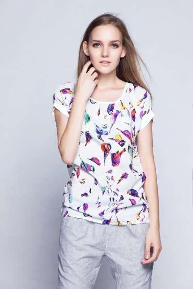 Яркая блузка с птичками