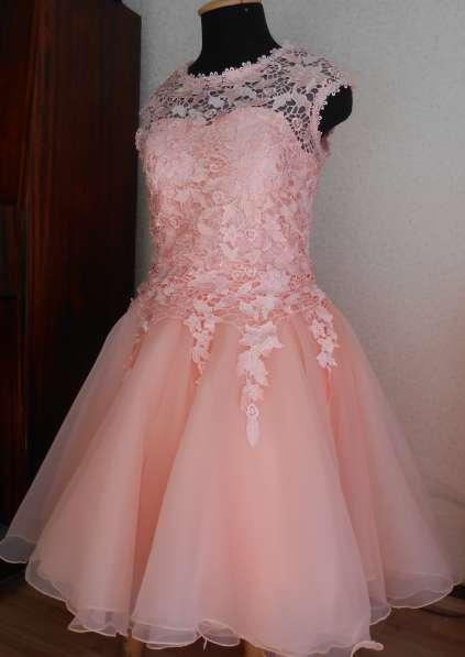 Платье праздничное, вечернее песикового цвета