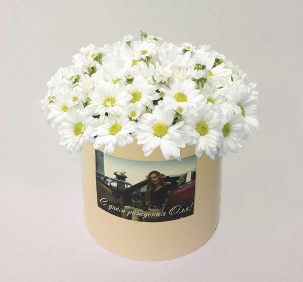 Букет красных цветов в шляпной коробке с вашим фото за 30мин в Москве