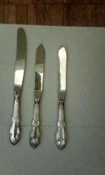 3 Ножа и 2 вилки Серебряная роза. Хорошее серебрение 1997 г