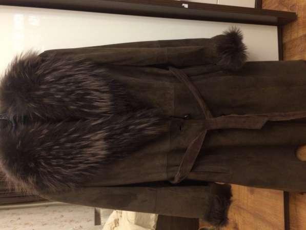 Дубленка коричневая с натуральные мехом, средней длины