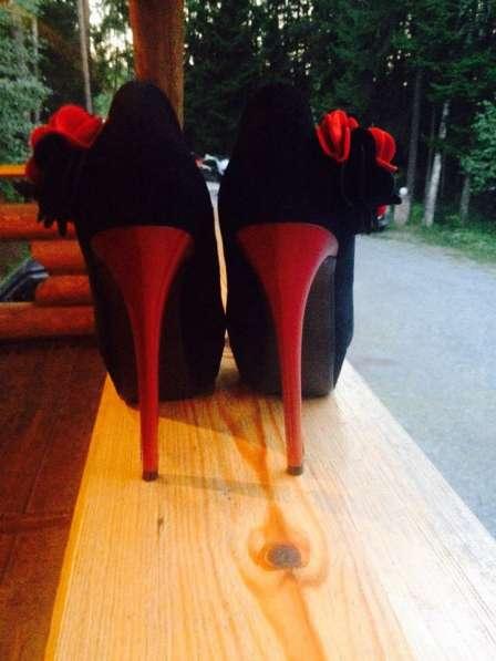 Туфли черно-красные на высоком каблуке
