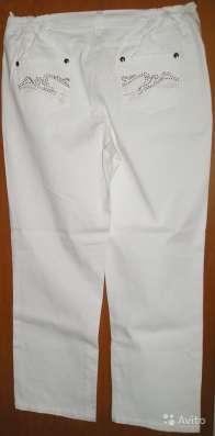 Брюки из джинсовой ткани белого цвета со стразами на задних в Калининграде Фото 1