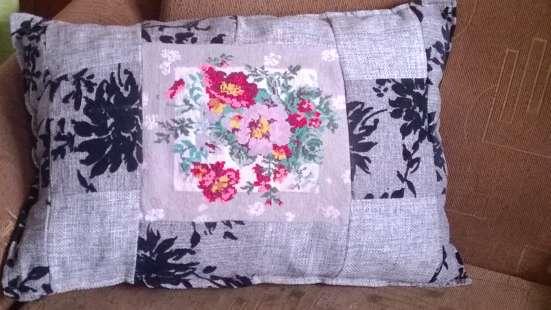 Вышитая подушка крестом