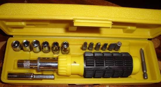 Шуруповерт сетевой и реверсивно-рычажная отвертка с битами